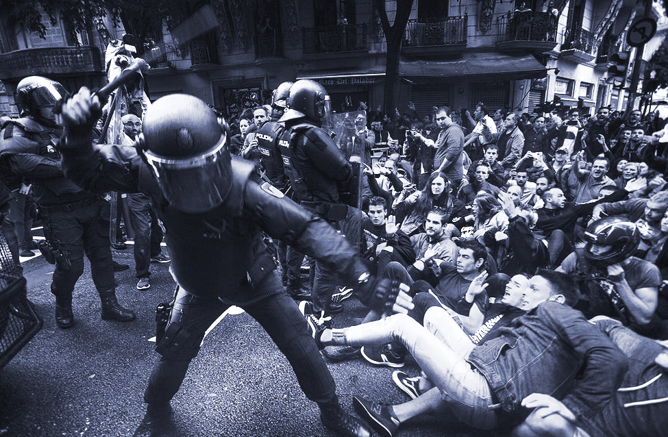 Police charge protesters in the Eixample, Barcelona. Source: eldiario.es.
